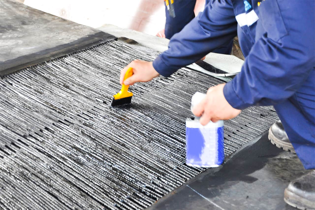 What are some materials for heat-resistant conveyor belts